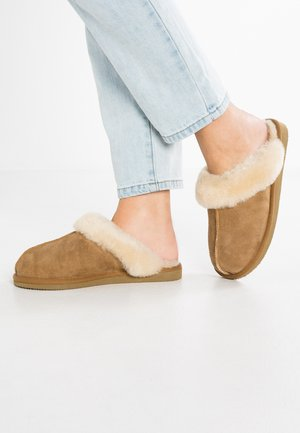 JESSICA - Slippers - chestnut