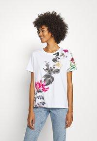 Desigual - YAIZA - Print T-shirt - blanco - 0