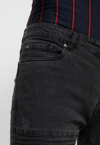 Brave Soul - NEVADA - Jeans Skinny Fit - grey wash/red paisley - 5