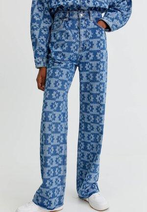 GERADE MIT BLUMEN - Straight leg jeans - light blue