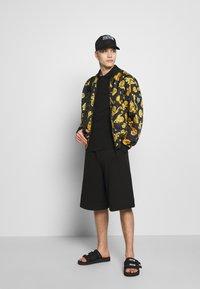 Versace Jeans Couture - GIOIELLI BACK PRINT - Polo - black - 1