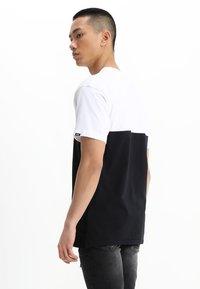 Vans - MN COLORBLOCK TEE - T-shirt med print - white/black - 2