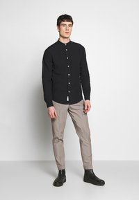 Isaac Dewhirst - MINI PUPPYTOOTH TROUSERS WITH TURN UP - Spodnie materiałowe - brown - 1
