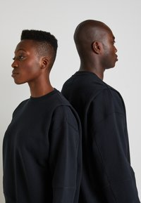 Converse - SHAPES BUBBLE CREW UNISEX - Sweatshirt - black - 4