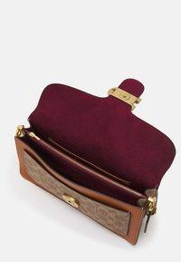 Coach - SIGNATURE TABBY SHOULDER BAG - Handbag - tan/ivory - 5