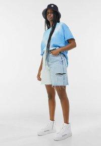 Bershka - MIT TWO-TONE UND SEITLICHEM SCHNITT  - Shorts di jeans - blue denim - 1