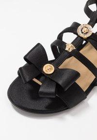 Versace - Sandály s odděleným palcem - black - 2