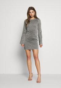 Good American - SPARKLE BELL DRESS - Denní šaty - silver - 1