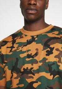 Karl Kani - SMALL SIGNATURE CAMO TEE - Print T-shirt - green/brown - 4