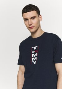 Tommy Jeans - VERTICAL BACK LOGO TEE - Print T-shirt - twilight navy - 3