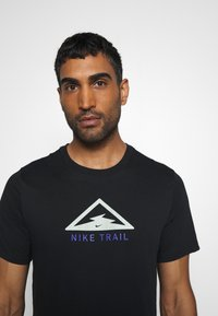 Nike Performance - DRY TEE TRAIL - Print T-shirt - black/pistachio frost - 4