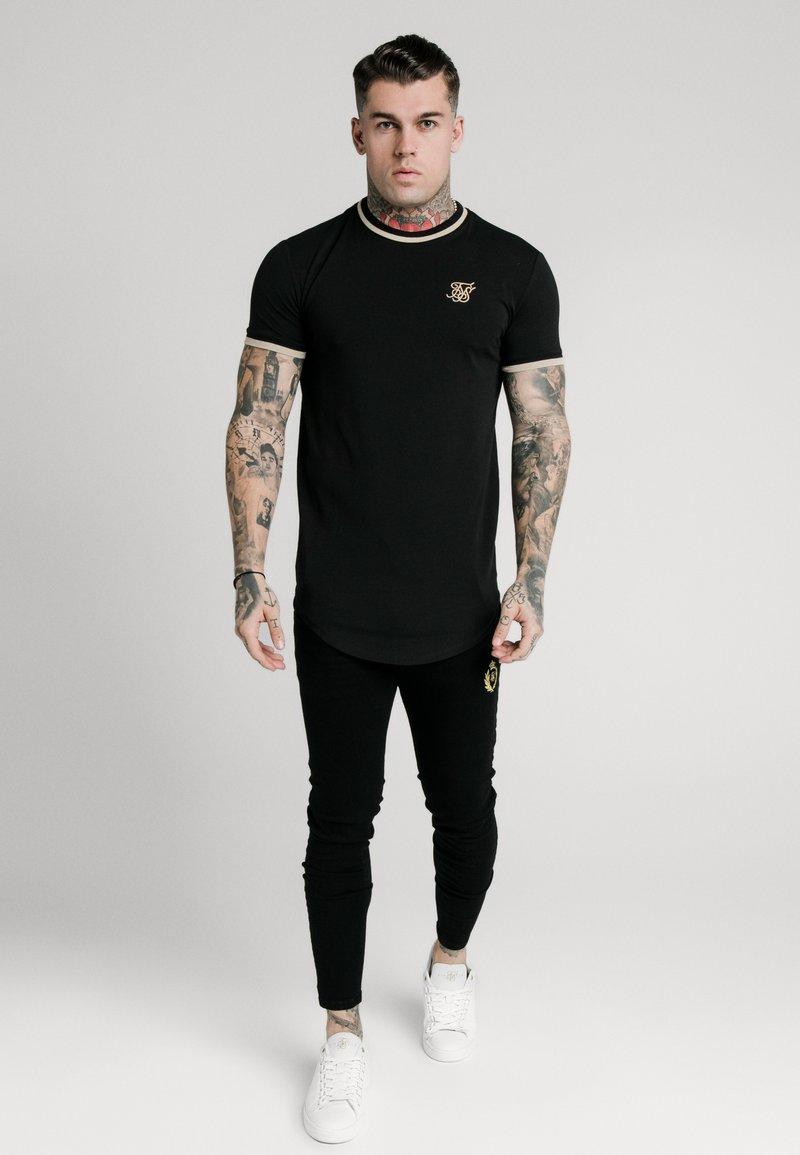 SIKSILK - GYM TEE - T-shirt med print - black/gold