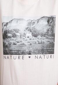Merchcode - LADIES LOVE NATURE TEE - Camiseta estampada - pink marshmallow - 4