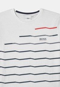 BOSS Kidswear - SHORT SLEEVES  - Triko spotiskem - white - 2