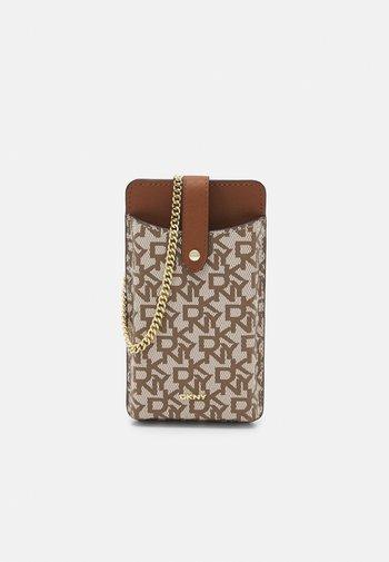 THOMASINA ON A STRING - Phone case - chino/caramel