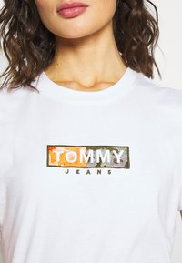 Tommy Jeans - CAMO SQUARE LOGO TEE - Print T-shirt - white - 6
