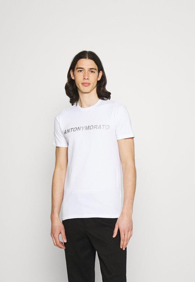 SUPER SLIM FIT WITH PINS BICOLOUR LOGO - Camiseta estampada - bianco