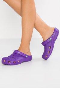 Crocs - CLASSIC - Pantuflas - neon purple - 0