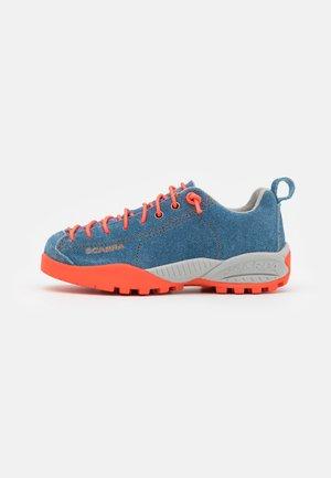 MOJITO KID UNISEX - Trekingové boty - denim blue/orange neon