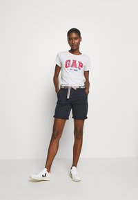 GAP - OUTLINE TEE - T-shirt z nadrukiem - grey - 1