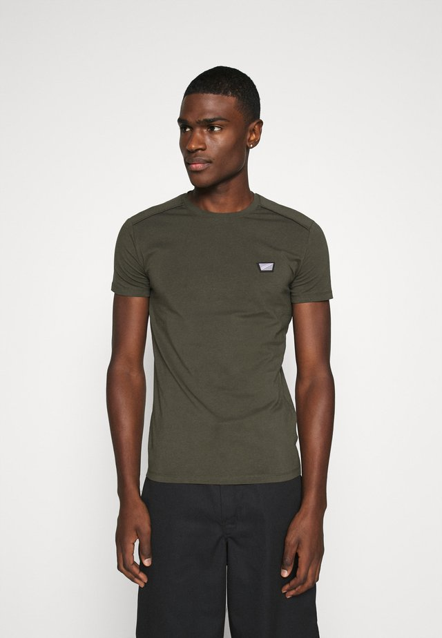 SPORT ROUND NECK COLLAR WITH PLAQUETTE ON CHEST - T-shirt basic - green