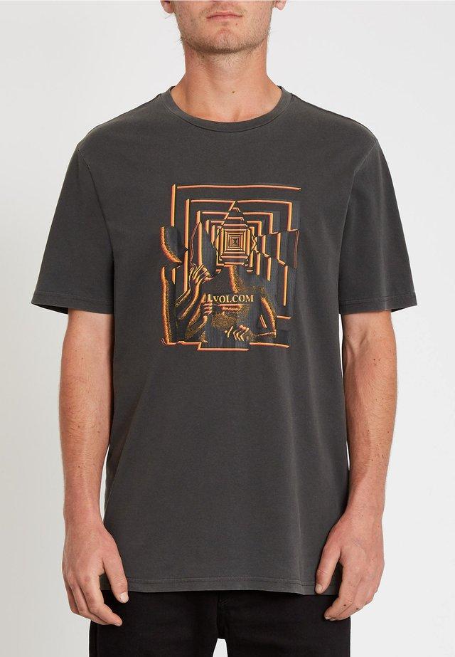 STONE REVEAL - ORANGE - Print T-shirt - black
