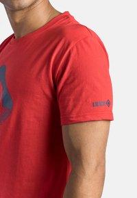 IZAS - GRANBY - T-shirt imprimé - red/bluemoon - 5