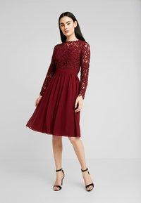 Chi Chi London - LYANA DRESS - Vestido de cóctel - burgundy - 0