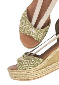 Priscila Welter - Sandalen met sleehak - beige - 5