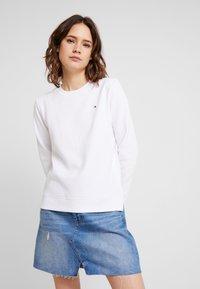Tommy Hilfiger - HERITAGE CREW NECK  - Sweatshirt - classic white - 0