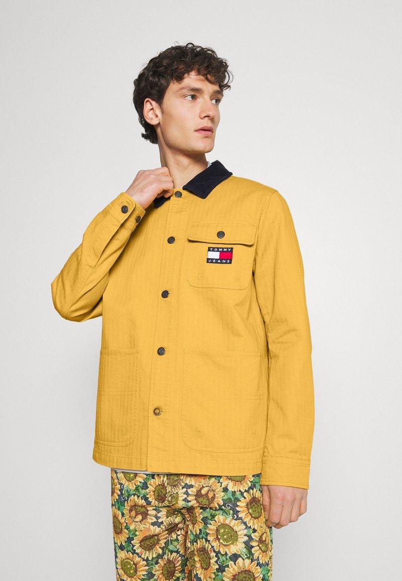 Tommy Jeans - BADGE WORKER JACKET - Summer jacket - gold