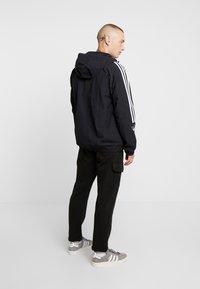 adidas Originals - OUTLINE WINDBREAKER JACKET - Let jakke / Sommerjakker - black - 2