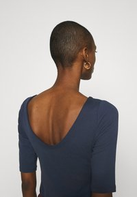 GAP - MOD BALLET - Basic T-shirt - true indigo - 5