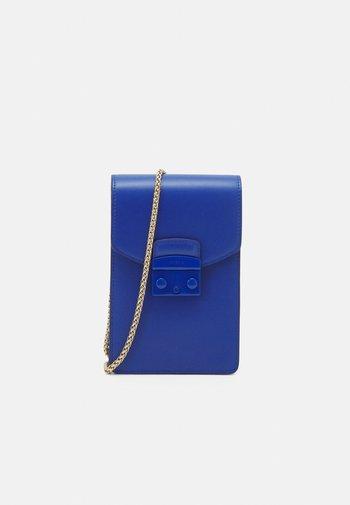 METROPOLIS MINI VERTICAL CROSSBODY - Across body bag - bluette