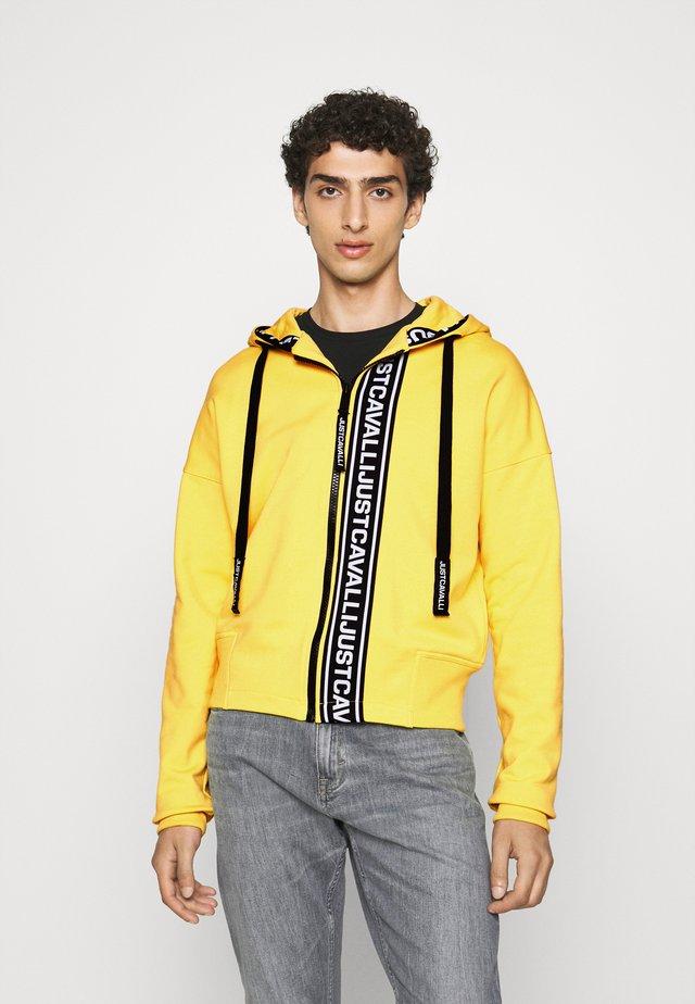 FELPA CON ZIP - Sweatjacke - vibrant yellow