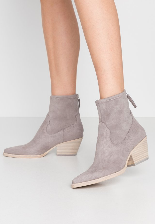 SHANTA - Cowboy/biker ankle boot - grey