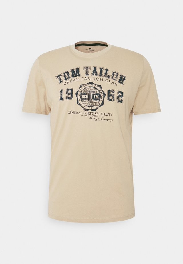LOGO TEE - T-shirt med print - sandy beige