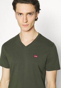 Levi's® - VNECK - T-shirt basique - greens - 3