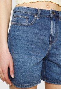 ONLY - ONLPHINE LIFE  - Shorts vaqueros - medium blue denim - 4