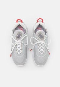 Nike Sportswear - AIR MAX 2090 - Sneakers laag - light smoke grey/summit white/grey fog/white/chile red - 3