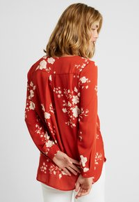 Vila - VILUCY FAV LUX - Blouse - ketchup/androsa - 2