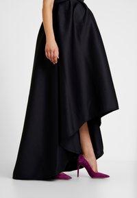 True Violet Maternity - HIGH LOW MAXI DRESS - Galajurk - navy - 4