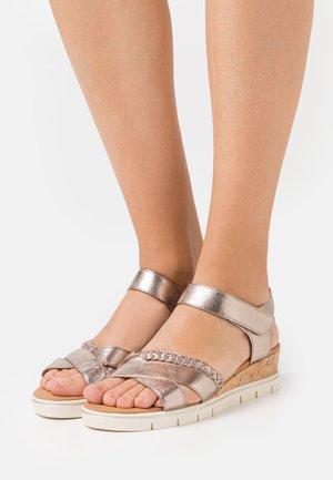 Sandály na klínu - taupe metallic