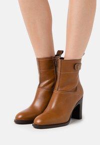 See by Chloé - Kotníková obuv na vysokém podpatku - cammello - 0