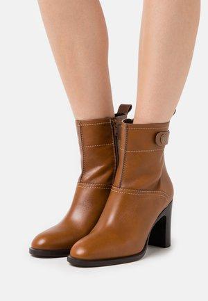 Kotníková obuv na vysokém podpatku - cammello