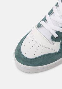 adidas Originals - RIVALRY UNISEX - Zapatillas - white/hazy emerald/core black - 6