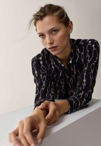 Massimo Dutti - MIT KETTENPRINT - Button-down blouse - black - 4