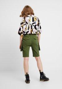 House of Holland - SAFARI MID LENGTH - Shorts - khaki green - 2