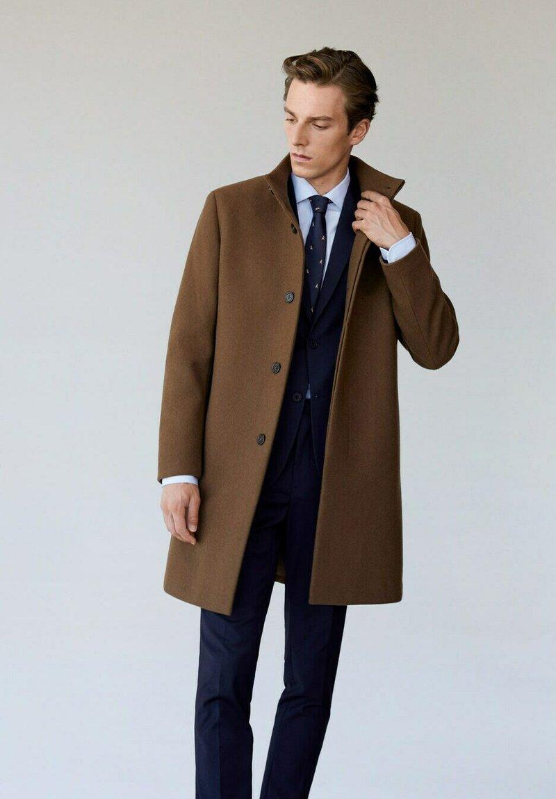 Mango - FUNNEL - Pitkä takki - mittelbraun