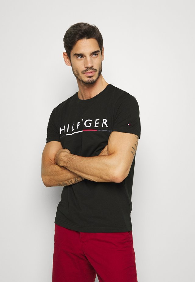 GLOBAL STRIPE TEE - T-shirt z nadrukiem - black